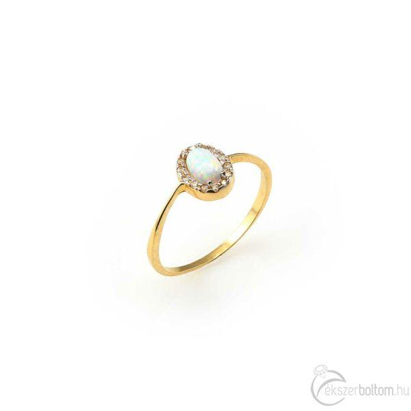 Ovális fehér opállal díszített, fehér cirkóniákkal keretezett sárga arany gyűrű